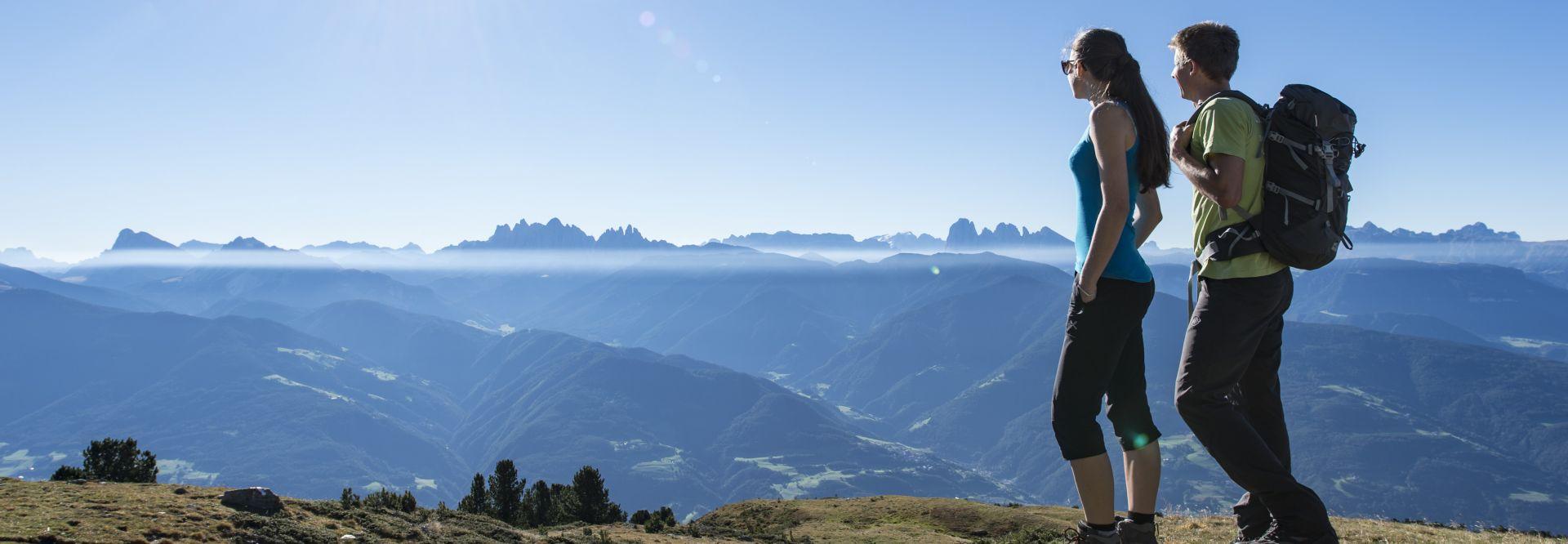 Pärchen beim Wandern auf den Almen der südlichen Eisacktaler Dolomiten (c) Helmuth Rier (Tourismusgenossenschaft Klausen Barbian Feldthurns und Villanders)
