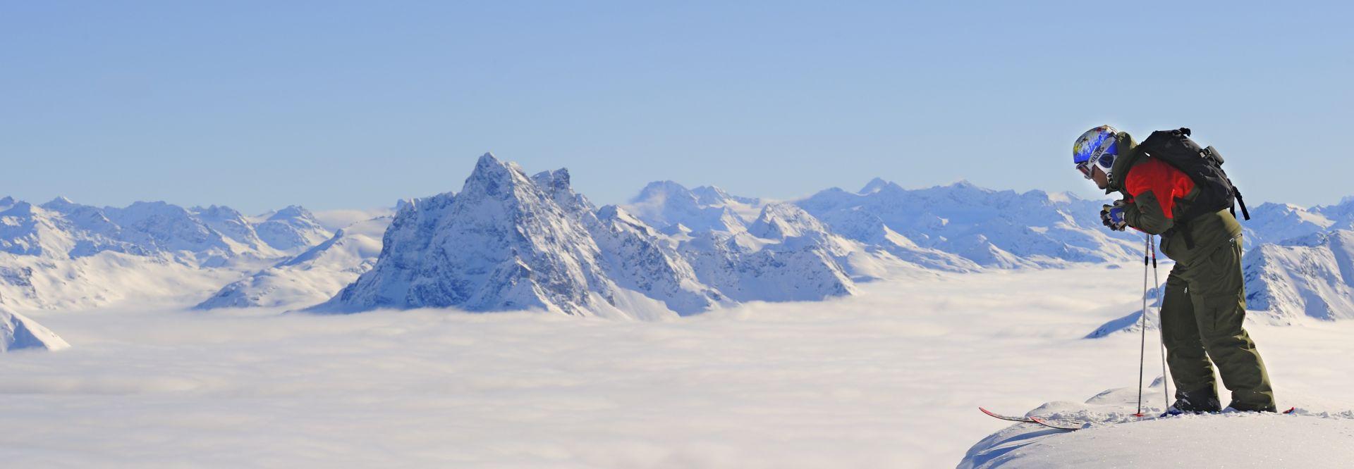 Skifahrer mit Panorama Ski Arlberg © Foto Mallaun Josef
